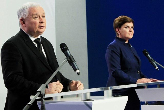 Na snímke predseda poľskej konzervatívnej strany Právo a spravodlivosť (PiS) Jaroslaw Kaczynski a dezignovaná poľská premiérka Beata Szydlová