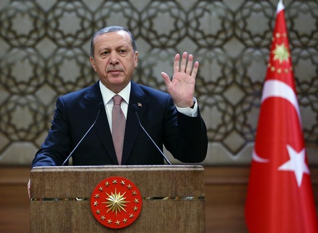 Na snímke vpravo turecký prezident Recep Tayyip Erdogan