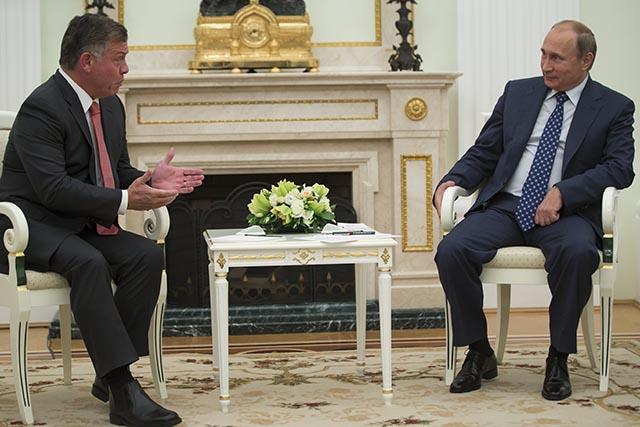Ruský prezident Vladimir Putin (vpravo) počúva  jordánskeho kráľa Abdalláha II.