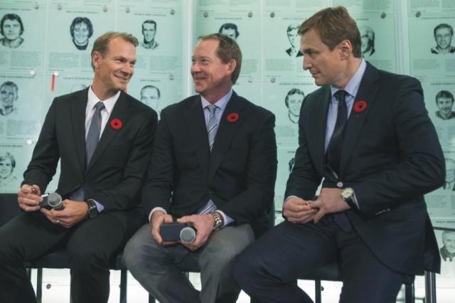 Na snímke sprava Sergej Fiodorov, Phil Housley a Nicklas Lidström sa rozprávajú počas slávnostnej ceremónie v Sieni slávy zámorskej NHL v kanadskom Toronte 6. novembra 2015. Sieň slávy zámorskej NHL sa v noci na utorok rozšírila o ďalších členov