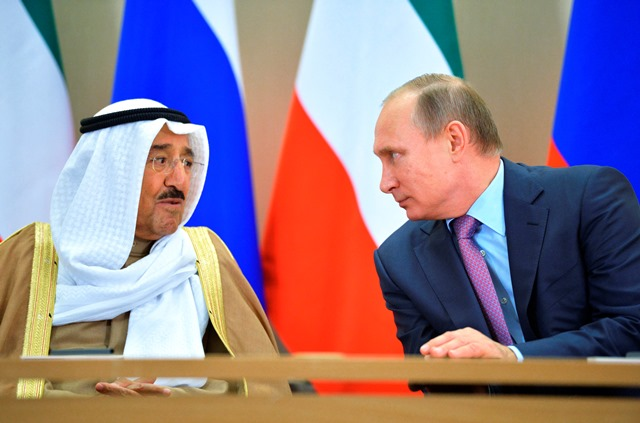 Na snímke ruský prezident Vladimir Putin (vpravo) hovorí  s kuvajtským emirom Sabáhom Ahmadom Džábirom Sabáhom (vľavo)