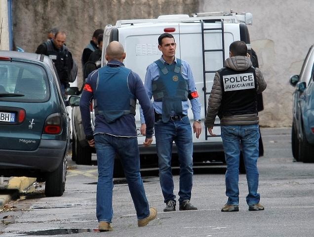 Na snímke policajti vyšetrujú po zastrelení colníka