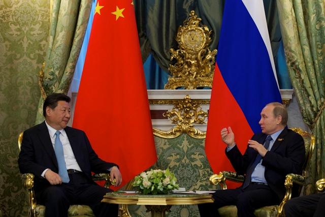 Na snímke ruský prezident Vladimir Putin (vpravo) a čínsky prezident Si Ťin-pching