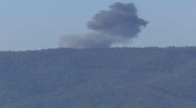 Na snímke zo záberu tureckej televízie Habertürk dym stúpa po zostrelení ruského vojenského lietadla