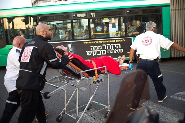Na snímke záchranári odvážajú jednu zo zranených