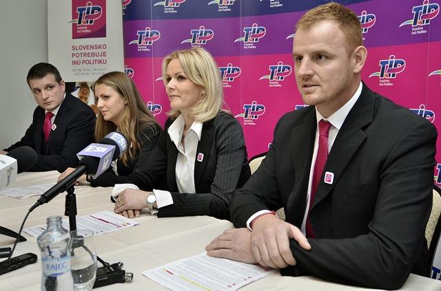 Na snímke sprava predseda strany Tomáš Hudec a podpredsedovia Jana Vološinová, Ivana Augustinská a Martin Schwantzer