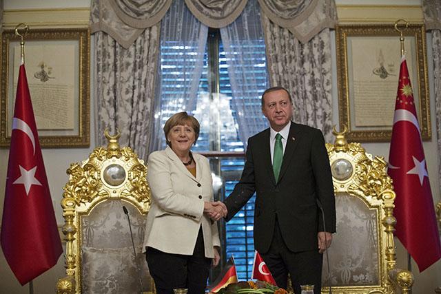 Na snímke vľavo nemecká kancelárka Angela Merkelová a turecký prezident Tayyip Erdogan
