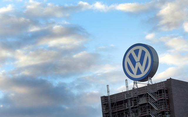 Na nímke obrovské logo v závode nemeckej automobilky Volkswagen v meste Wolsburg