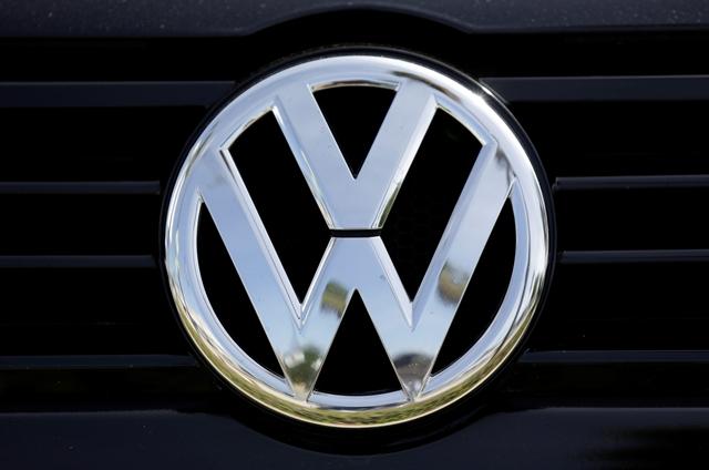 Na snímke logo nemeckej automobilky Volkswagen v americkom Glendale