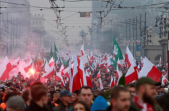 Na snímke demonštranti pochodujú ulicami Varšavy