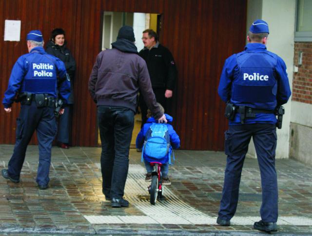 Na snímke belgický policajti strážiaci pred vstupom do škôlky