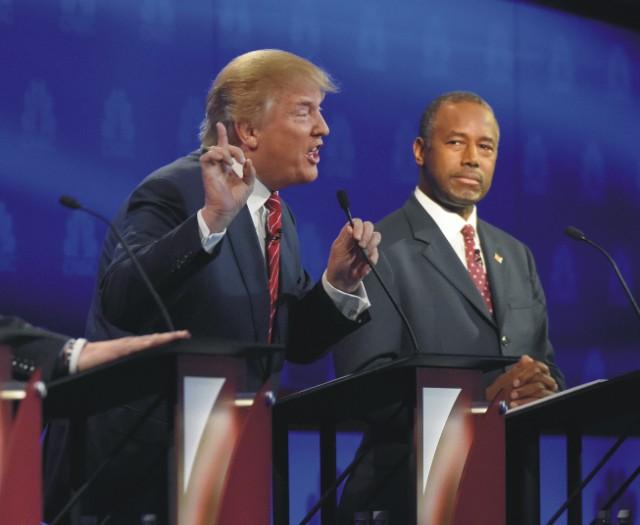 Republikánski prezidentskí kandidáti Donald Trump (vľavo) a Ben Carson počas tretej televíznej debaty Republikánskej strany v meste Boulder v americkom štáte Colorado 28. októbra 2015