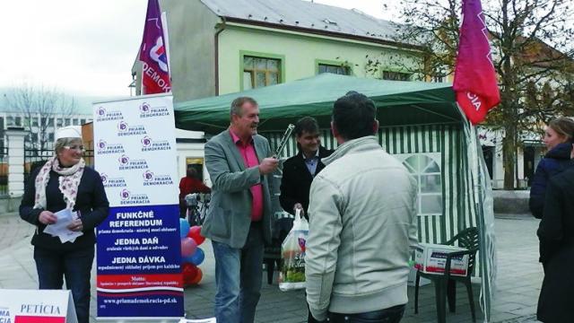 Na snímke uprostred Mgr. Robert Beňo, predseda politickej strany PRIAMA DEMOKRACIA (PD)