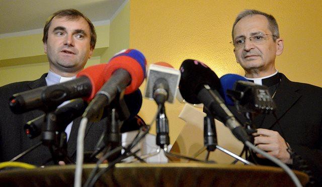Na snímke predseda KBS Stanislav Zvolenský (vpravo) a hovorca KBS Jozef Kováčik