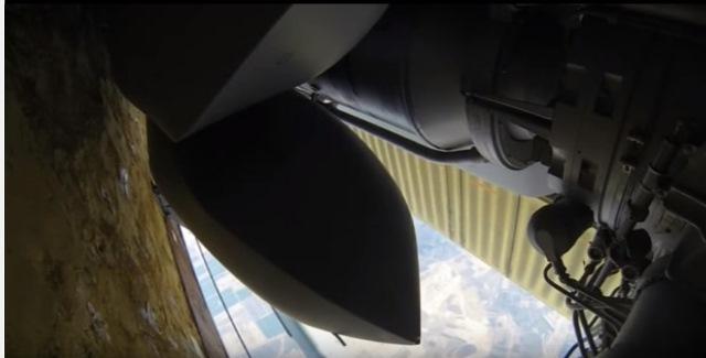Na snímke ruský bombardér zhadzuje nálož