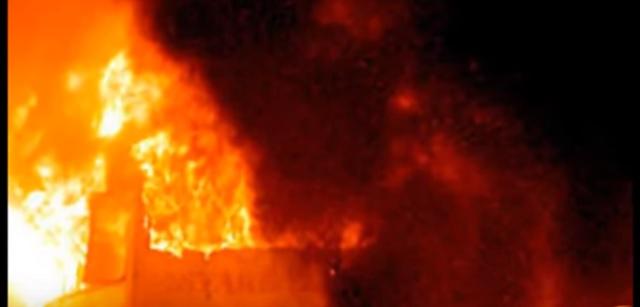 Na snímke z videa explózia pred hotelom v egyptskom Ariši