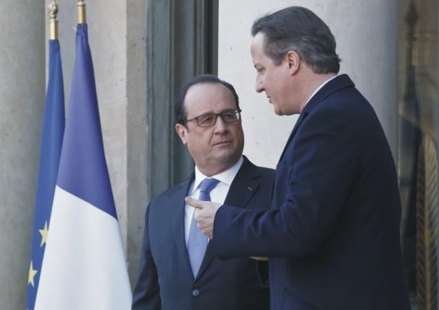 Na snímke David Cameron (vľavo) a francúzsky prezident Francois Hollande