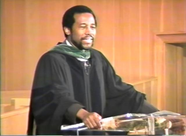 Na snímke Ben Carson počas svojho absolventského univerzitného prejavu v roku 1998. V súčasnosti kandiduje z radov republikánov na post prezidenta USA