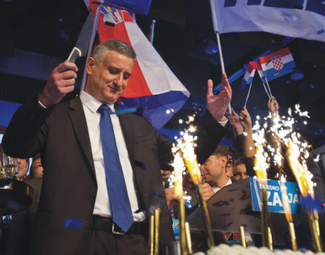 Chorvátsky opozičný líder Tomislav Karamarko oslavuje víťazstvo po predbežných výsledkoch parlamentných volieb v Chorvátsku, v sídle jeho strany v Záhrebe 9. novembra 2015. V prvých parlamentných voľbách v Chorvátsku od vstupu krajiny do Európskej únie zvíťazilo opozičné konzervatívne Chorvátske demokratické spoločenstvo (HDZ), ktoré presadzuje tvrdší postoj v otázke migrácie. Strana získala 63 kresiel v 151-člennom parlamente