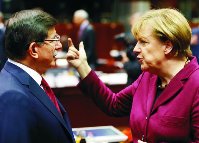 Na snímke vľavo turecký premiér Ahmet Davutoglu a  nemecká kancelárka Angela Merkelová počas rozhovoru medzi summitom