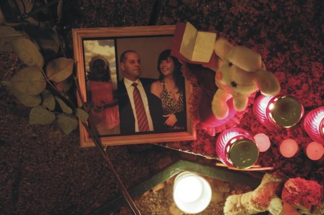 Rodinná fotografia obetí havárie ruského lietadla v Egypte leží medzi sviečkami a kvetmi počas štátneho smútku  na Palácovom námestí v Petrohrade v nedeľu 1. novembra 2015