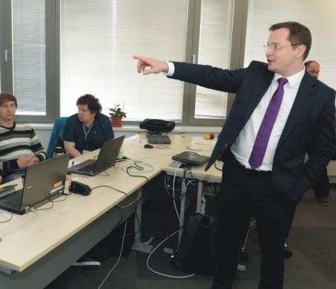 Minister školstva, vedy, výskumu a športu SR Juraj Draxler si prezrel edukačné centrum vo firme T-Systems, v ktorom sa žiaci vzdelávajú v rámci duálneho systému vzdelávania v Košiciach 3. novembra 2015. Na snímke žiaci v triede počas vzdelávania, vpravo minister  školstva Juraj Draxler