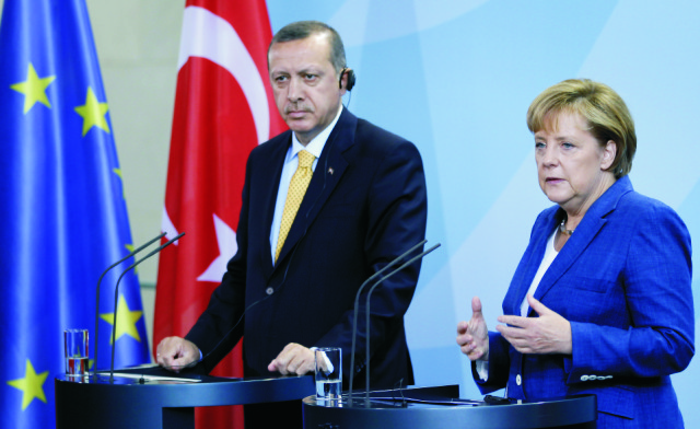 Na archívnej snímke turecký prezident Recep Tayyip Erdogan (vľavo) a nemecká kancelárka Angela Merkelová