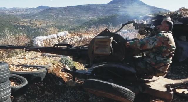 Na snímke jeden zo sýrskych vojakov zachytených na video počas záchrannej akcie ruského letca záchranná akcia vojakov sýrskej armády, ktorí zachránili ruského letca zo zostreleného bombardéru Su-24