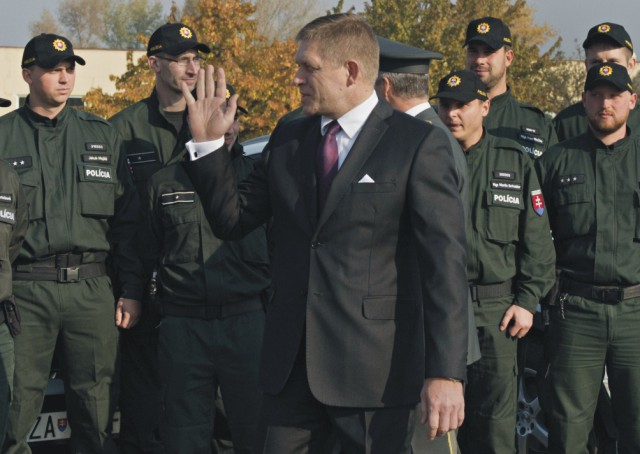 Predseda vlády SR Robert Fico (uprostred) sa zúčastnil v areáli Akadémie Policajného zboru na Sklabinskej ulici na nástupe policajnej jednotky vysielanej do Slovinska, ktorá bude v rámci aktivít zameraných na riešenie migračnej krízy pomáhať pri ochrane vonkajšej hranice EÚ