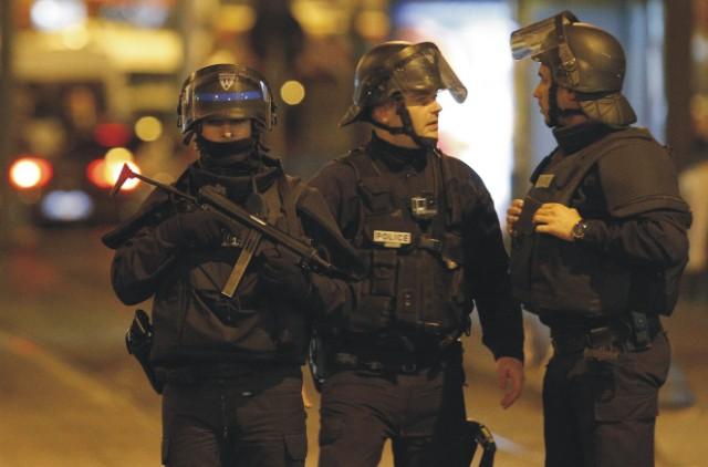 Francúzky policajti hliadkujúci v uliciach Paríža