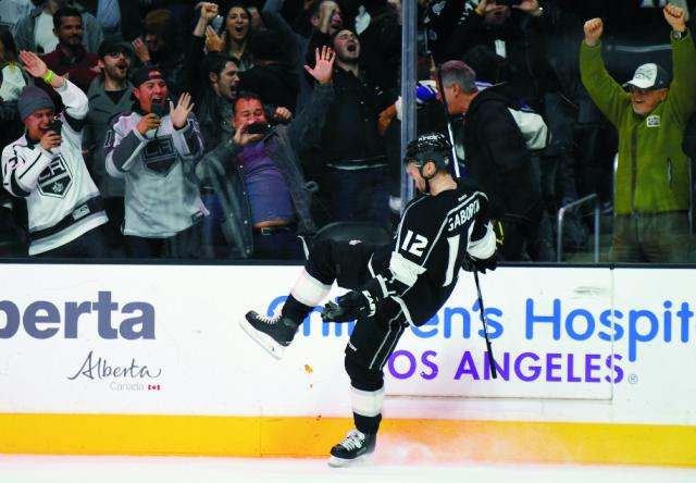 Na snímke slovenský útočník Marián Gáborík oslavuje svoj gól v predĺžení v zápase hokejovej NHL Chicago Blackhawks - Los Angeles Kings v Los Angeles 28. novembra 2015