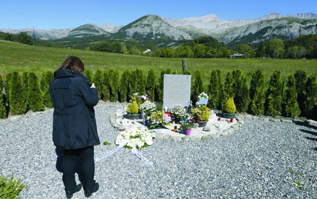 Na snímke žena stojí pri pamätnom kameni v Le Vernet pol roka po tragickej havárii Airbusu Germanwings vo francúzskych Alpách 24. septembra 2015. Pri havárii Airbusu smerujúceho 24. marca 2015 z katalánskej Barcelony do nemeckého Düsseldorfu, ktorú úmyselne zavinil podľa doterajších poznatkov vyšetrovateľov druhý pilot stroja, prišlo o život všetkých 150 ľudí na palube
