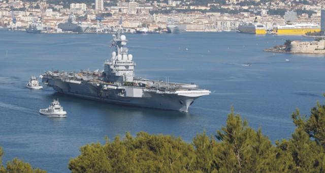 Lietadlová loď Charles de Gaulle (na snímke) vyplávala z Francúzska a mieri do Stredomoria