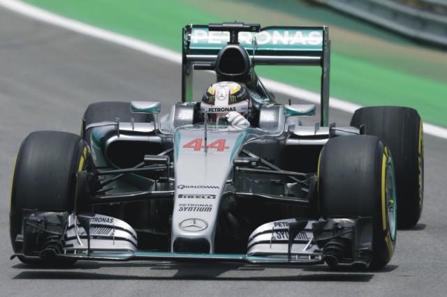 Britský jazdec F1 Lewis Hamilton na Mercede počas záverečného tréningu pred Veľkou cenou Brazílie  na okruhu Autodromo Jose Carlos Pace v Sao Paule 14. novembra 2015