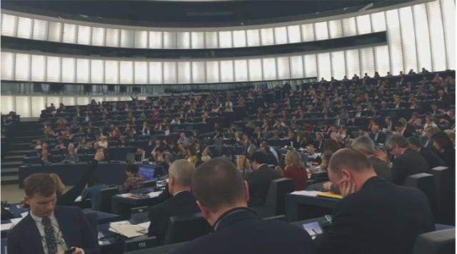 Na snímke europoslanci počas hlasovania