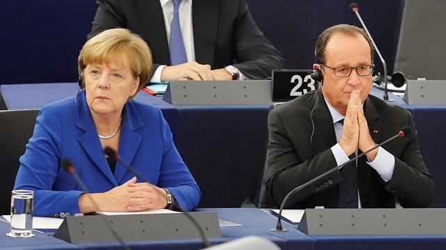 Na snímke francúzsky prezident Francois Hollande (vpravo) sedí vedľa nemeckej kancelárky Angely Merkelovej