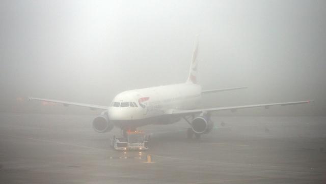 Na snímke lietadlo britskej leteckej spoločnosti British Airways je na piatom termináli  počas hustej hmly na londýnskom letisku Heathrow
