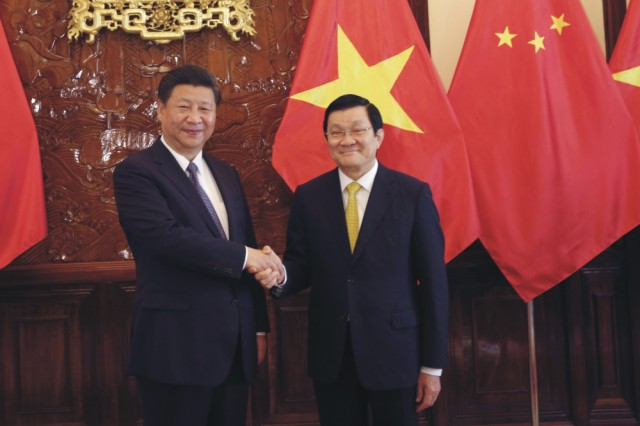 Na snímke vľavo čínsky prezident Si Ťin-pching a vpravo vietnamský prezident Truong Tan Sang počas stretnutia v Prezidentskom paláci v Hanoji 6. novembra 2015