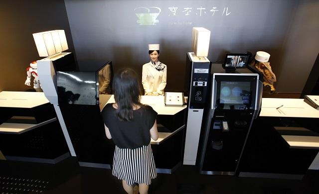 Na snímke recepční v podobe robotov obsluhujú v hoteli Henn-na v japonskom meste Sasebo neďaleko Nagasaki
