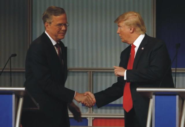 Na snímke vľavo Jeb Bush a Donald Trump