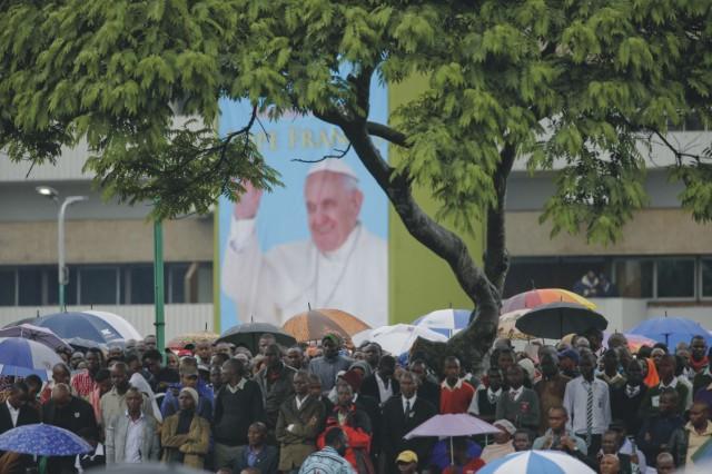 Tisíce ľudí čakajúcich na príchod pápeža Františka