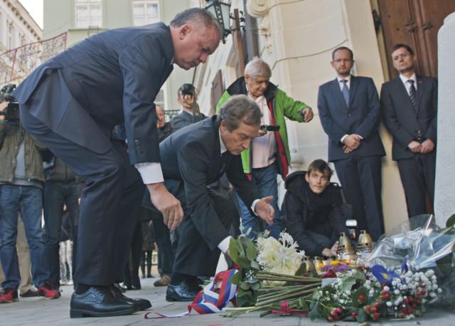 Na snímke prezident SR Andrej Kiska (vľavo) a francúzsky veľvyslanec na Slovensku Didier Lopinot (druhý vľavo) sa stretli na veľvyslanectve Francúzska na Hlavnom námestí po teroristických útokoch v Paríži a za obete položil sviečku, 14. novembra 2015 v Bratislave