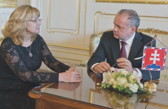 Prezident SR Andrej Kiska (vpravo) prijal 5. novembra 2015 v Bratislave predsedníčku Súdnej rady SR Janu Bajánkovú (vľavo)