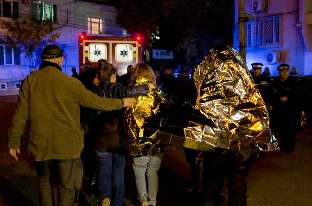 Na snímke návštevníci klubu odchádzajú po vypuknutí požiaru