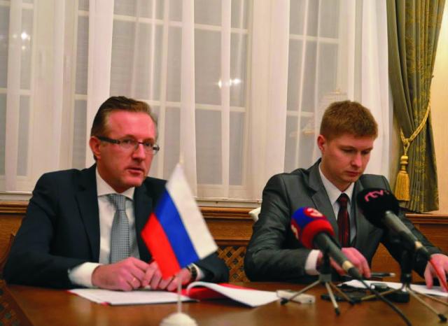 Na snímke vpravo tlačový hovorca ruského veľvyslanectva Alexej Kulagin a závere starší radca veľvyslanectva Dmitrij