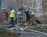Vyšetrovatelia a požiarníci skúmajú miesto nešťastia