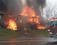 Hasiči sa snažia uhasiť vzniknutý požiar po dopade lietadla. Na snímke miesto, kde dopadlo lietadlo