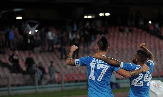Na snímke hráč Neapola Lorenzo Insigne (vpravo) sa raduje so spoluhráčom Marekom Hamšíkom