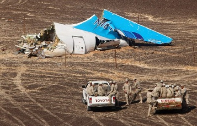 Na snímke časť vraku ruského airbusu 1. novembra 2015 v egyptskej Hassane. Lietadlo ruskej spoločnosti Kogalymavia smerovalo v sobotu 31. októbra 2015 z egyptského prímorského letoviska Šarm aš-Šajch do ruského Petrohradu