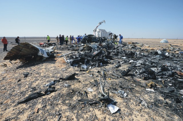 Experti z ruského ministerstva pre mimoriadne udalosti prehľadávajú miesto sobotňajšej havárie ruského airbusu v egyptskej Hasane 2. novembra 2015. Lietadlo A321 ruskej leteckej spoločnosti Kogalymavia, ktoré letelo z egyptského letoviska Šarm aš-Šajch do Petrohradu, havarovalo v sobotu približne pol hodiny po štarte